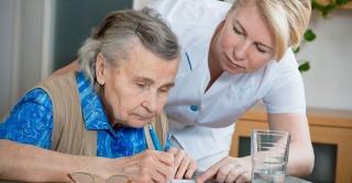 Παροχή βοήθειας σε ηλικιωμένη